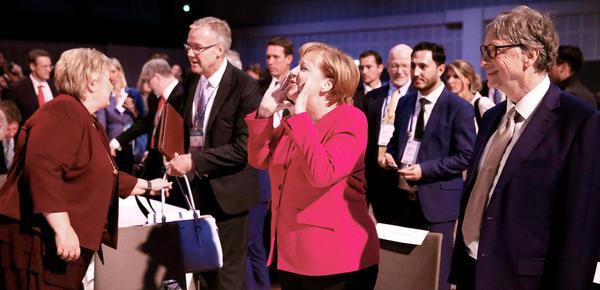默克尔、比尔·盖茨出席峰会 笑容满面