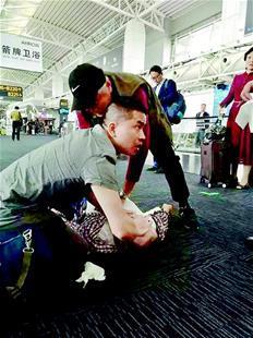 只因被多看了一眼心梗男子在广州机场捡回一命