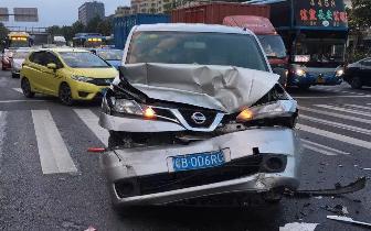 深圳男子酒后隔夜再开车 径直冲向外地牌车撞得稀碎