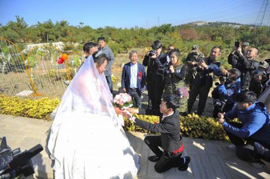 新人公墓办婚礼:婚姻在墓地开始也会在墓地结束