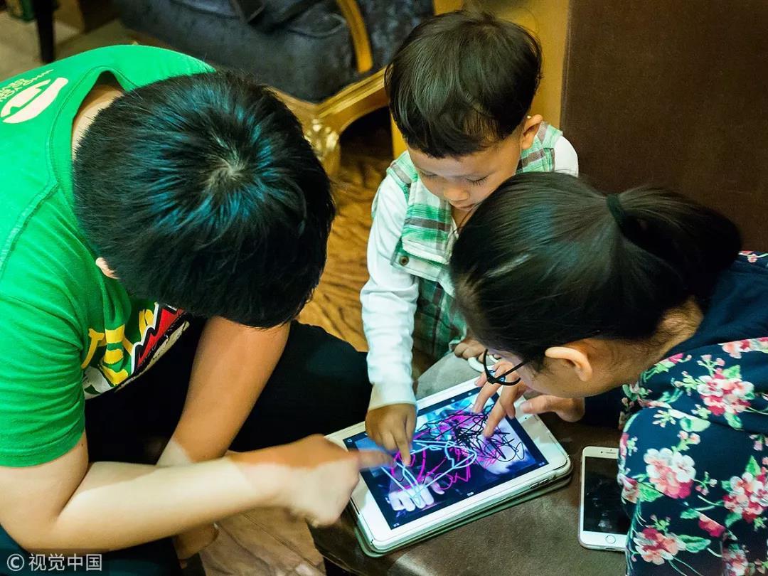 """孩子问""""为什么我不能玩手机?"""",你的回答很重要"""