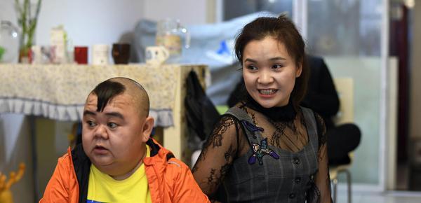 重庆1米2男子娶1米65美女妻子 还买了7套房