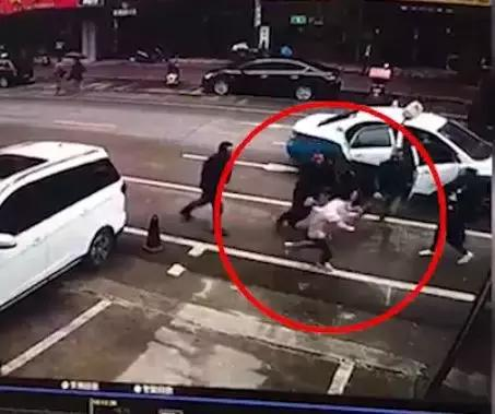 女子被多名黑衣男子当众强行拖上出租车 警方通报