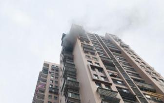 武汉一小区居民房突然起火 现场滚滚浓烟