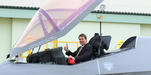 美国驻日大使坐进日本组装F35A座舱