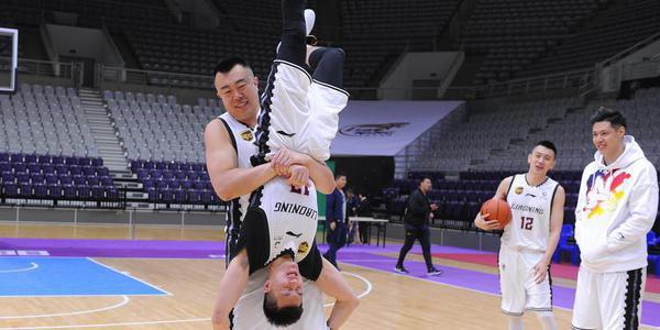 辽宁队官方写真拍摄花絮 郭少被大韩玩坏了