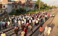 印度火车撞人群致数十人死