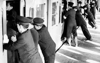 """日本""""地铁推手"""" 他们的辛酸你一定懂!"""