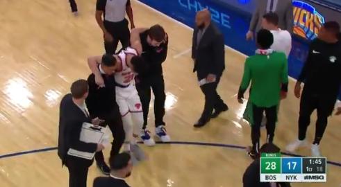 恐怖崴腳被扛下場!尼克9號秀第3場比賽就傷了?(影)-Haters-黑特籃球NBA新聞影音圖片分享社區