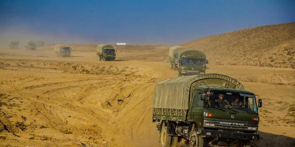 解放军摩托化旅训练提升驾驶技术