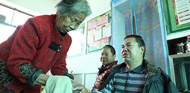 河南89岁母亲照顾俩瘫痪儿40多年:不敢老