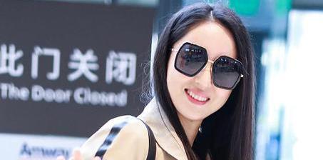 董璇机场甜笑玩自怕 戴墨镜冷艳迷人