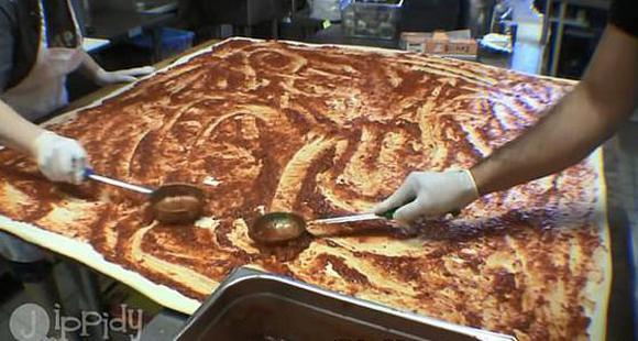 美披萨店制做可供70人享用全球最大披萨