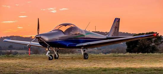 云鹰通航一架小型飞机在新疆坠毁 两人不幸遇难