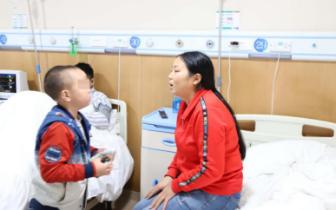 7岁男童先天失聪获公益救助1个月后有望首次听见声音