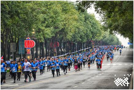 2018西安国际马拉松赛鸣枪开跑 三万选手穿越千年西安