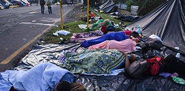 中美洲移民逼近美墨边境 精疲力尽睡街头