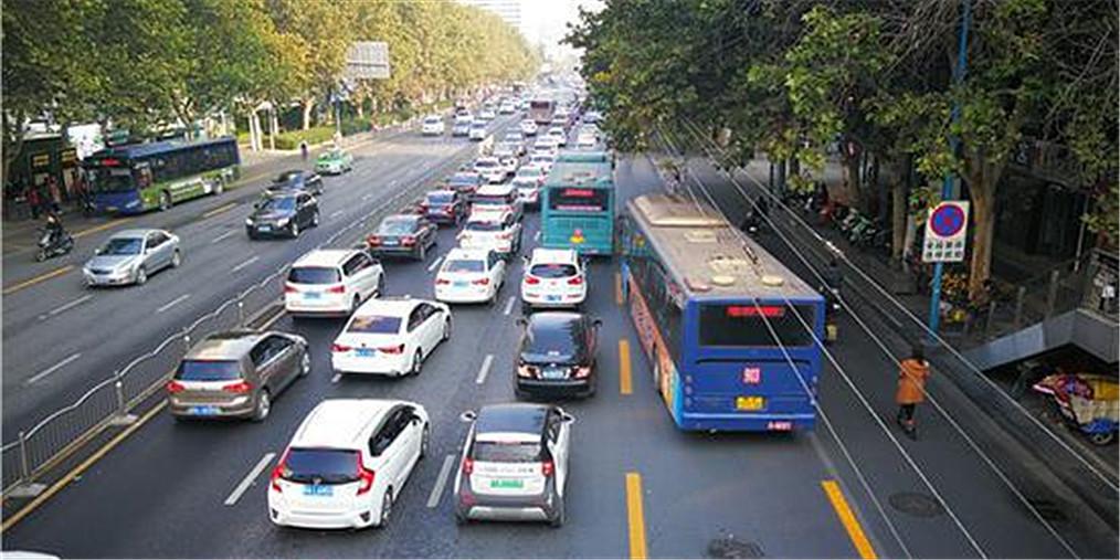 占用公交車道開罰 一路口221輛車被拍