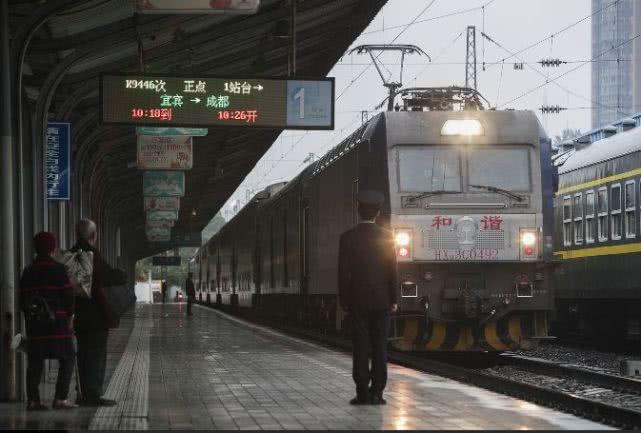 川渝地区双层火车即将停运 想体验要抓紧时间!