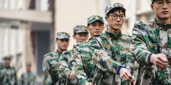 中国田径队也来军训 换上军装英姿飒爽
