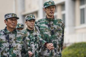 中国田径队也军训 穿军装英姿飒爽