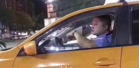 司机边开车边敷面膜 到底算不算交通违法?