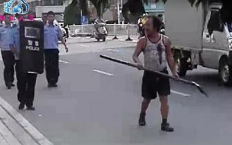 潮阳一男子持刀伤人后狂奔,再持铁铲对抗民警