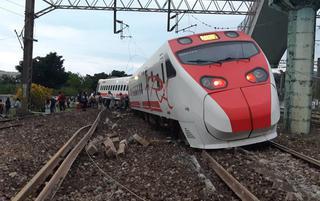 台湾火车出轨 5节车厢翻覆场面触目惊心