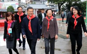中国关工委主任顾秀莲到桂林市秀峰区中华小学视察