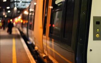 男子在鞋底藏800多克毒品乘火车 企图蒙混过关