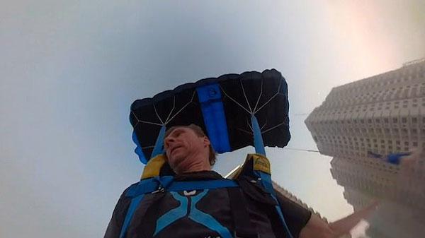 阿联酋男子29楼大胆玩跳伞 只为