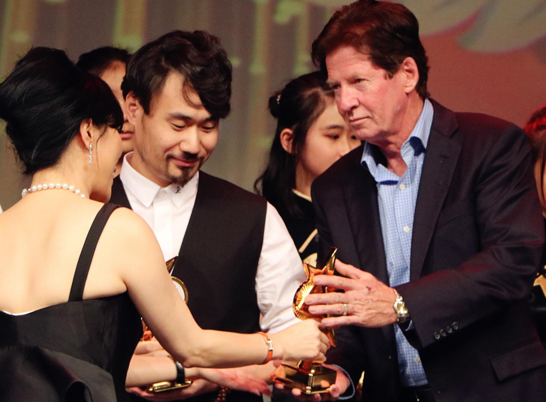 电影《我是谁2015》导演宋胤熹荣获加拿大金枫叶国际电影节最佳新锐导演奖