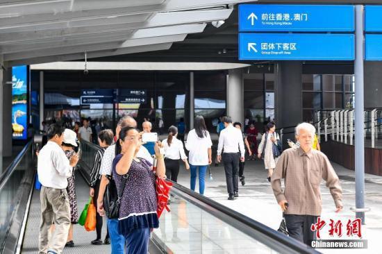 港珠澳大桥迎首批旅客  通车首日将逾3万人抵港