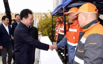 王君正向环卫工致节日问候 明年起增加200元工资