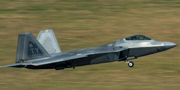 挺過臺風的美軍F22戰機轉場了