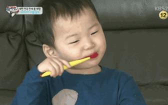 """90%的中国人""""假装刷牙"""",很多人这样把牙刷坏"""