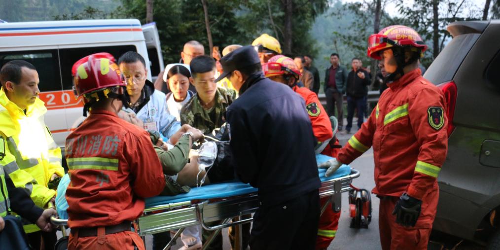 四川巴中一轿车弯道高速行驶撞上面包车 致2死3重伤