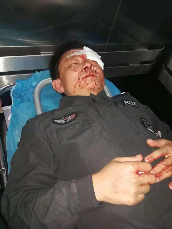 19岁男子持刀劫持女保安漯河民警捆住双手双脚替换人质