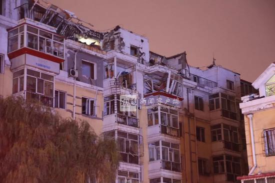 哈尔滨一小区七楼民宅发生爆炸 致一名男子坠下身亡