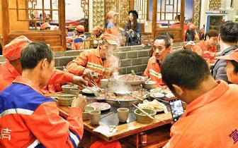 """发展不忘本过三关老火锅每年10.26都摆""""环卫工人宴"""""""