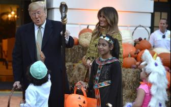 美总统夫妇白宫举办万圣节活动 给孩子分发糖果