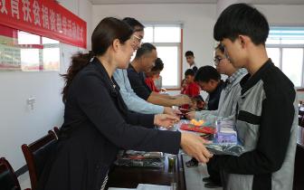 湖北省直属基层委员会到城关镇开展爱心助学活动