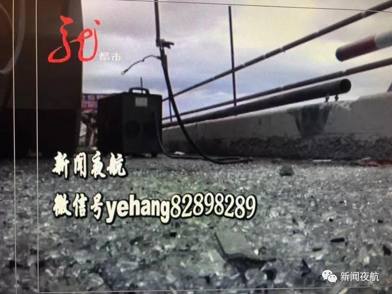 黑龙江一客车冲破护栏前身悬空桥外 桥下就是水面