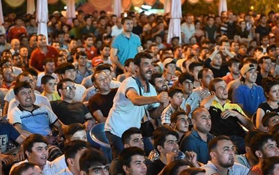 塔吉克人民云集广场观看亚少赛决赛