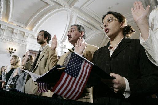 入籍美国申请人数激增 等待时间最多延至两年