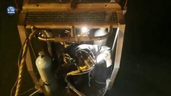 重庆公交坠江:2具遗体因卡在车内 暂无法打捞出水