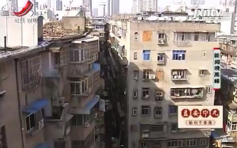 东湖区张家厂路老房子外墙脱落 居民担心砸伤人
