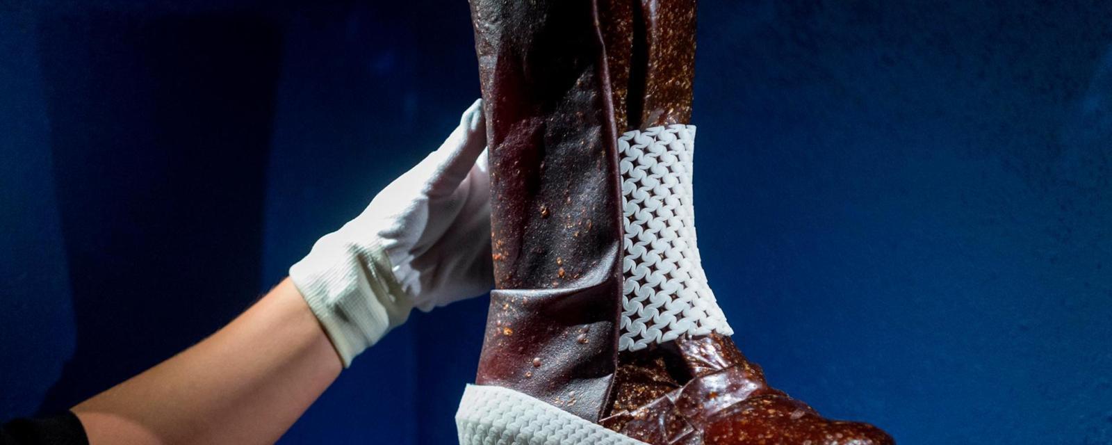 可以在飞船上生产的靴子, 竟是用汗液和真菌做成的