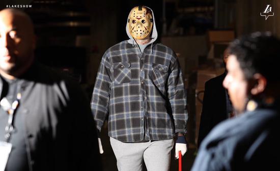 【影片】萬聖節前夜怎麼玩?詹姆斯化身「變態面具殺人狂」,今晚要大開殺戒?
