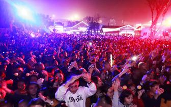重庆欢乐谷万圣节火了 巅疯夜引3万游客打卡狂欢